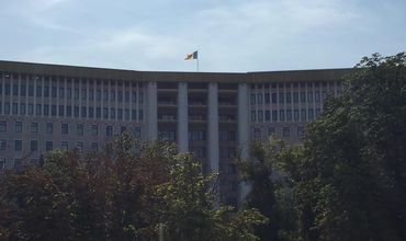 В день траура флаг на президентуре и парламенте не приспустили