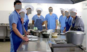 Несовершеннолетние заключенные освоили профессию повара.