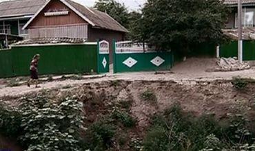Несколько домов в Хынчештах могут сползти в расширяющийся обрыв.