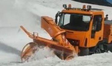 Скоро лето, а в Румынии дорожники очищают от снега шоссе Трансфэгэрэшан.