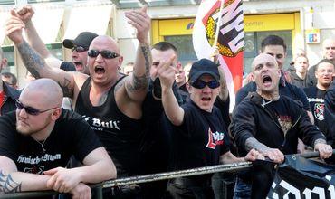 Немцы скупили все пиво в городе из-за неонацистов.