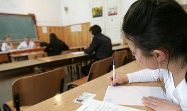 Лицеисты сдают экзамен на бакалавра по профильному предмету.