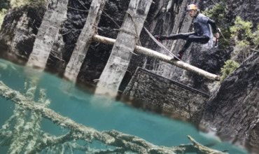 Экстремал прокатился на вейкборде по мертвому озеру в Казахстане.