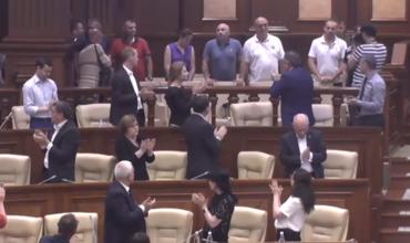 В парламенте аплодировали отстраненным полицейским.