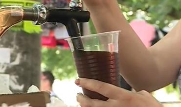 Кишиневцы пьют уличный квас, не опасаясь за свое здоровье