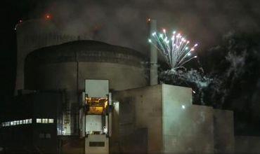 Greenpeace запустил фейерверки на атомной электростанции, чтобы показать бреши системы безопасности. Фото: AP Photo