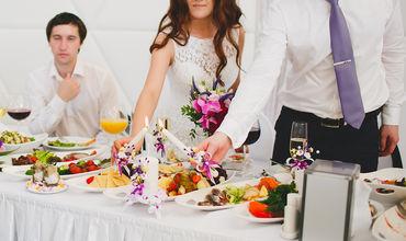 Блюда для торжества готовили на домашней кухне, а затем привезли в банкетный зал.