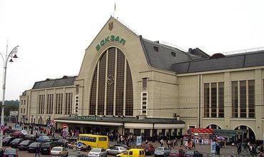 Из-за очередного сообщения о минировании центральный вход в вокзал закрыли, но поезда продолжают ездить.