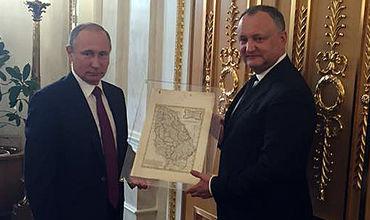 Президент Молдовы представил подарок Путина.