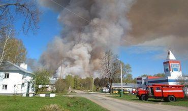 В России эвакуируют поселок из-за взрывающихся боеприпасов.