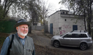 Георгий Урский заблокированным в собственном доме после того, как его соседи по гаражу вопреки закону перекрыли ему единственный выход.