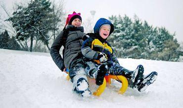 Bucuria copiilor. În mai multe raione a nins frumos şi liniştit toată ziua