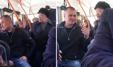 В столичном троллейбусе мужчина отказался уступить место пожилой женщине.