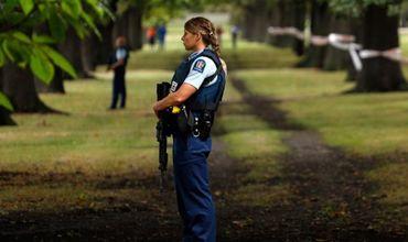 Полицейские охраняют место кровопролитного нападения в Новой Зеландии.