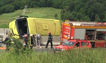 Министерство здравоохранения Румынии сообщило, что в транспортном средстве находились 28 детей и трое взрослых.
