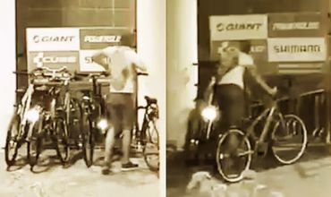 Момент кражи сразу 5 велосипедов в Кишиневе попал на видео.