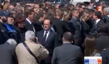 Президент Франсуа Олланд проходил мимо стражей порядка, пожимая им руки.