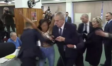 O tânără dezbrăcată a sărit în fața președintelui