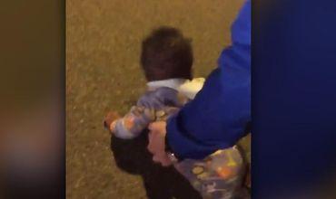 Bebeluș de nouă luni, găsit mergând de-a bușilea, singur, pe o stradă