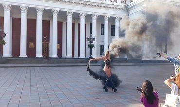 Возле одесской мэрии устроили эротическую фотосессию, напугав чиновников