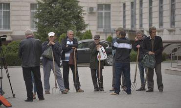 Жители села Дрепкэуць пришли с вилами к зданию генпрокуратуры