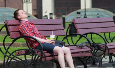 Врачи советуют пить больше воды и по возможности избегать пребывания на улице. Фото: ria,ru