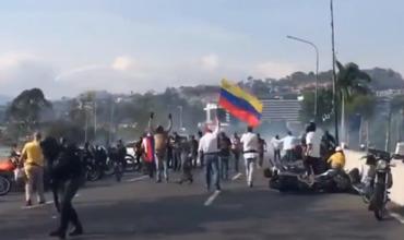 Опубликовано видео уличных столкновений в Венесуэле