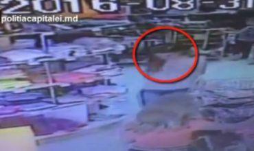 В Кишиневе девушку засняли за кражей смартфона в магазине