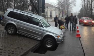 В центре Кишинева под автомобилем провалился асфальт.
