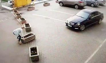 В Кишиневе женщина пыталась сдвинуть бетонную клумбу, чтобы проехать на авто.