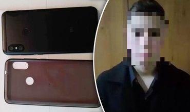 В ходе допроса он признал свою вину, заявив полицейским, что украл телефон, чтобы сделать подарок.
