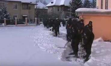 Расчищать улицы от снежных завалов привлекли не только коммунальщиков, а и жандармов, спортсменов и заключенных.