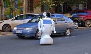 Робот выехал на трассу и заглох по причине разрядки аккумулятора.