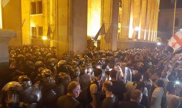 Митингующие в Тбилиси перекрыли центральный проспект Руставели.