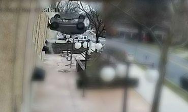 S-a prăbușit cu mașina în gol, de la etajul 7 al unei parcări. Foto: Mediafax