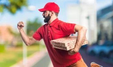 Мужчина заказал еду с доставкой себя на дом.