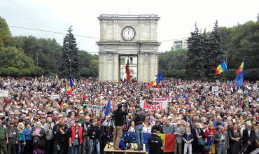 Более 15 тысяч человек собрались на центральной площади Кишинева.