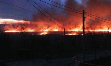 Огонь затронул земельный участок площадью около нескольких десятков гектаров.