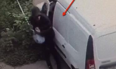 Камера зафиксировала момент кражи из автомобилей в столице.