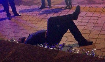 Полицейские были вынуждены надеть на мужчину наручники.