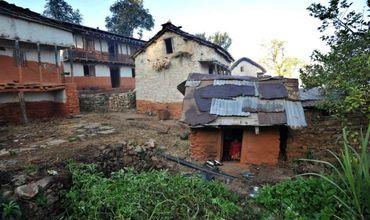 Мать с двумя детьми поселилась в хижине из-за обычая уходить из общества в период менструации.