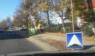 Дорожные знаки в Кишинёве всё чаще оказываются на земле