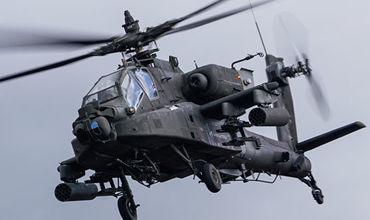 Вертолет AH-64 Apache на военных учениях в Латвии.