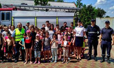 Спасатели обучили детей в лагерях правилам пожарной безопасности