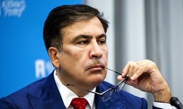 Саакашвили раскритиковал Порошенко за солдатские туалеты в Донбассе.