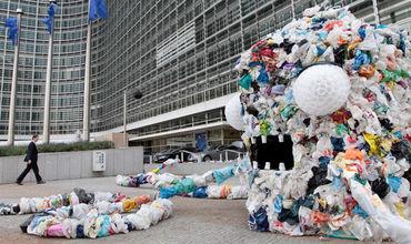 Евродепутаты ополчились на пластмассу.