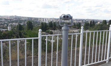 В сквере с панорамным видом на город установили три бинокля