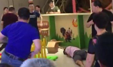Группа китайских родителей превратили детскую площадку в настоящее поле боя. Фото: YouKu