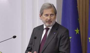 Комиссар Европейской политики соседства Йоханнес Хан во время визита в Кишинев.
