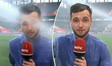 Журналист попал под струю воды в прямом эфире, но он продолжил репортаж.
